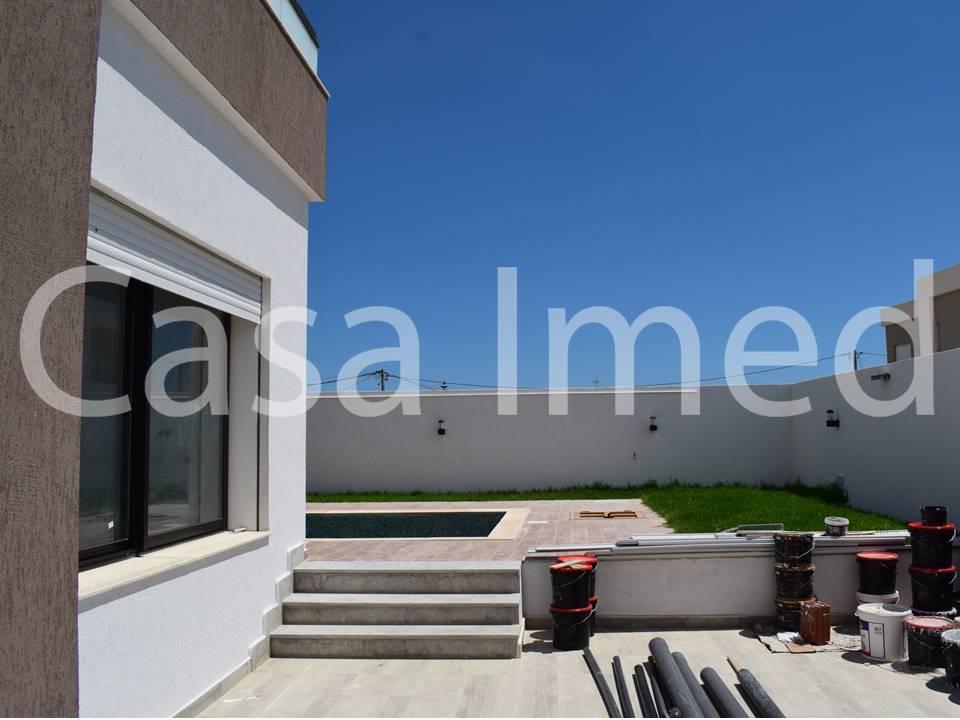 Villa haut standing avec piscine plein de la soukra