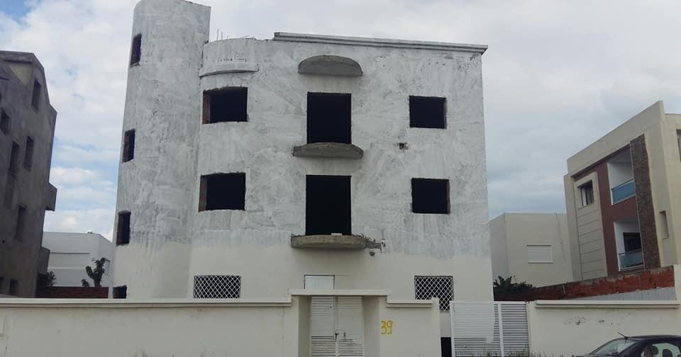 Villa + 2 appartements s + 3 ( inachevée ) à jardins de carthage