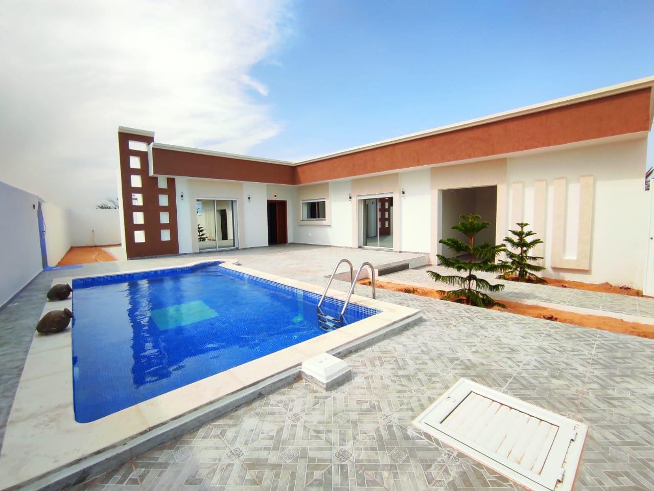 Maison 07 pièces avec piscine et garage a vendre à djerba